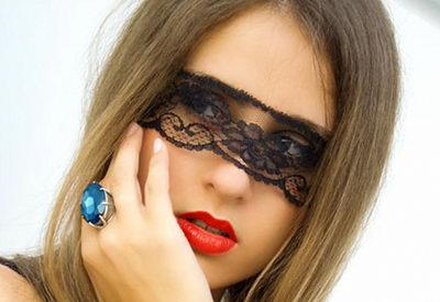 Кружевная маска на девушке
