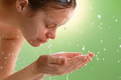 Кожа вокруг глаз требует бережного ухода и средства для умывания обязательны для применения