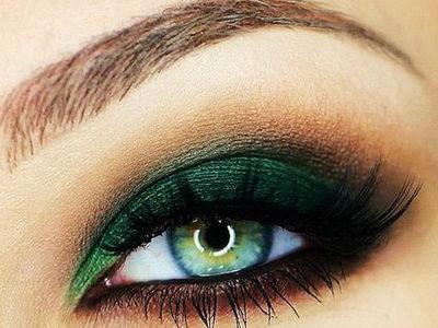 Темно-зеленый макияж век