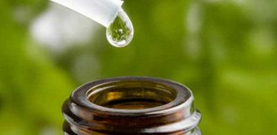 Капля эфирного масла чаного дерева