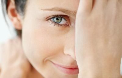 Как правильно ухаживать за кожей вокруг глаз, чего делать нельзя?