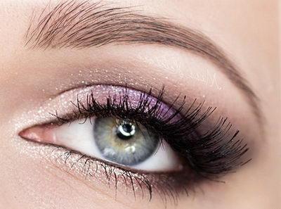 Красивый макияж для голубых глаз по типу волос