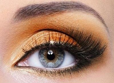 Красивый оранжевый макияж для голубых глаз