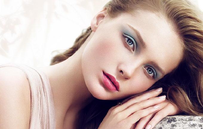 Макияж для синих глаз под серое платье