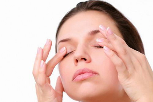 Как сделать массаж для глаз от отеков?