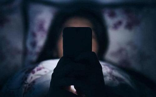 С телефоном в кровати