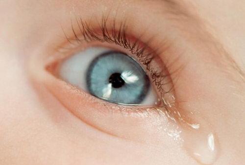 Выделение слезы у ребенка